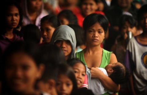 Dòng người xếp hàng chờ khẩu phần ăn tại một nơi sơ tán ở trường tiểu học tại Manila, ngày 25/6.