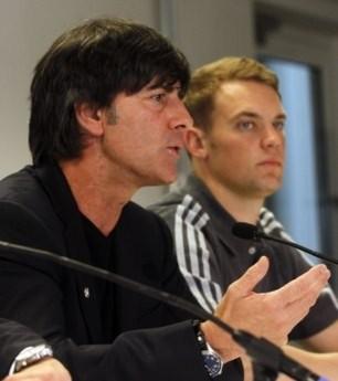 HLV Joachim Low và thủ môn Manuel Neuer của Đức.