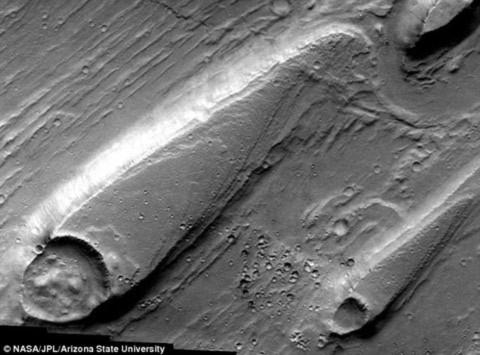 Hình ảnh được chụp bởi tàu vũ trụ Mars Odyssey cho thấy địa hình mà các nhà khoa học tin rằng đã được hình thành dưới nước