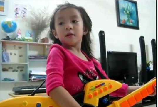 "Bé 4 tuổi người Việt hát ""Trouble is a friend"" rất dễ thương"