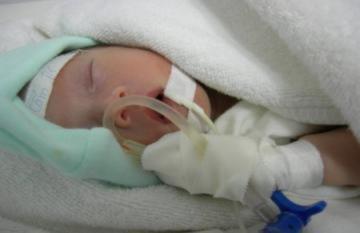Bé sinh non bị bỏ rơi tại cổng bệnh viện