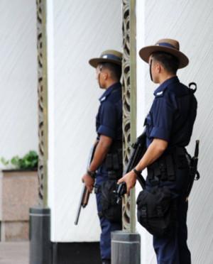 Nhân viên an ninh đứng gác trước khách sạn Shangri-la, nơi bộ trưởng quốc phòng các nước tham gia Diễn đàn an ninh. Ảnh: AFP