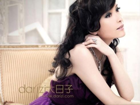 Châu Huệ Mẫn (Vivian Chow) kết hôn với người chồng, nhà văn Nghê Chấn vào năm 2009.