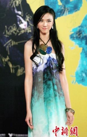 Thang Duy duyên dáng trong chiếc váy kiểu dáng đơn giản, màu sắc lạ mắt và phụ kiện to bản.