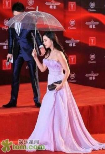 Phạm Băng Băng duyên dáng váy tím và tự cầm ô.