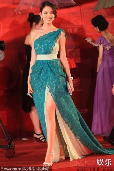 Hoa hậu Trương Tử Lâm khoe đôi chân thon dài.