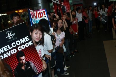 Dù là buổi tối và ở Hà Nội trời mưa lớn nhưng nhiều fan vẫn có mặt ở sân bay Nội Bài tối 14/6 để đón thần tượng người Mỹ.