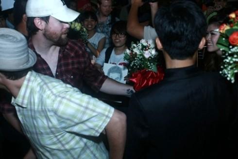Dù vậy, anh vẫn mỉm cười khi thấy nhiều fan đã ra đón mình.