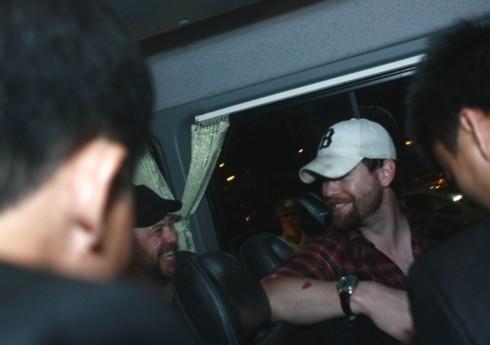Khi xe sắp lăn bánh, David đã có thể nói chuyện và tươi cười với thành viên trong đoàn của anh.