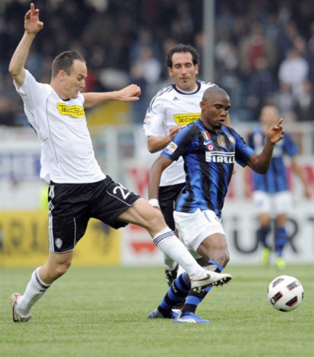 Eto'o (áo xanh đen) là cầu thủ Inter duy nhất giữ được phong độ đỉnh cao sau cú ăn ba lịch sử ở mùa giải 2009-2010. Ảnh: AFP.