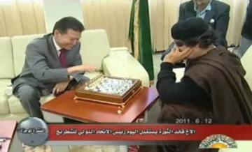 Gadhafi đấu cờ với chủ tịch liên đoàn cờ vua thế giới