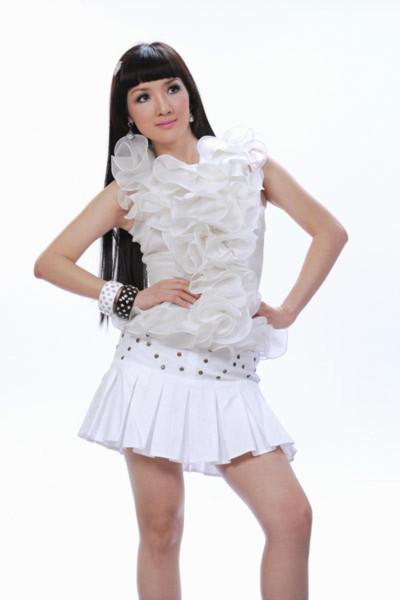 Trong bộ ảnh mới, chị không ngần ngại mặc chiếc váy ngắn khá 'xì tin' khoe làn da trắng và chân thon.
