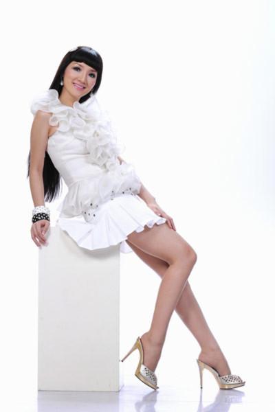 Người đẹp cũng chịu khó tạo nhiều kiểu dáng trước ống kính nhiếp ảnh gia Lý Võ Phú Hưng.
