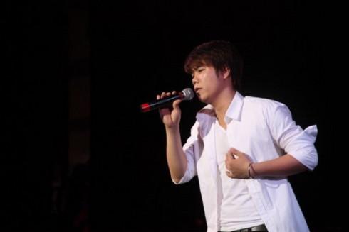 Đinh Mạnh Ninh ngọt ngào với 'Childhood'. Ảnh: Quốc Minh.
