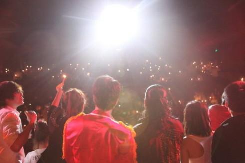 Ở phần cuối chương trình, hàng trăm ngọn nến đã được thắp sáng khi những giai điệu đầu tiên của 'We Are The World' vang lên. Ảnh: Quốc Minh.