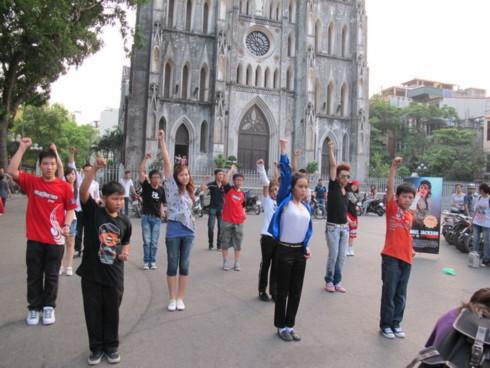 Giới trẻ Hà Thành nhảy flash mob trên nền nhạc 'Beat It' chiều, tối ngày 22/6. Ảnh: Heal The World.