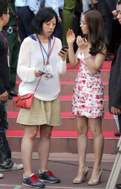 Từ chiều 15/6, trên sân Thống Nhất TP HCM, Han Hye Jin xuất hiện với bộ váy hoa ngắn. Mái tóc thẳng của người đẹp xứ Hàn được uốn xoăn nhẹ. Ngoài ra, cô trang điểm khá giản dị.
