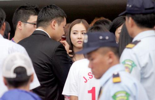 Han Hye Jin được bao quanh bởi lực lượng vệ sĩ vì thế, ngoài sân bóng, các fan không thể tiếp cận cô.