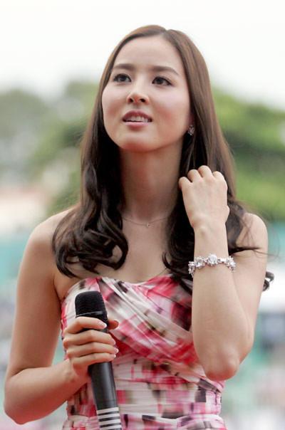 Ngược với dự đoán của mọi người về những phút giao lưu sôi nổi, Han Hye Jin chỉ nói vài lời ngắn gọn trước khi trận đấu mở màn.