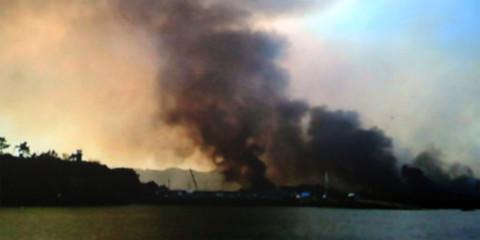 Những cột khói lớn bốc lên từ đảo Yeonpyeong sau khi bị Triều Tiên nã pháo. Ảnh: SBS.