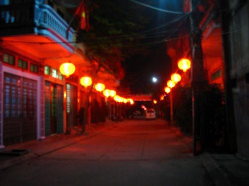 Hàng loạt phố ở VN treo đèn lồng: Một kiểu học đòi?