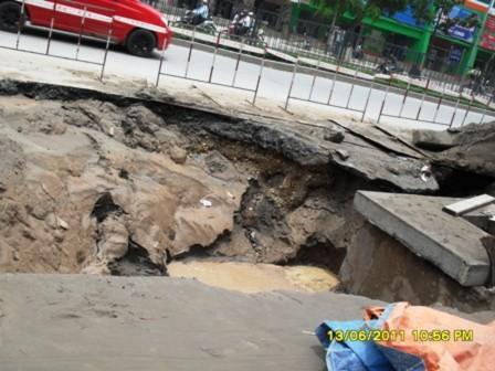Hố tử thần' xuất hiện giữa trung tâm TP Hà Nội