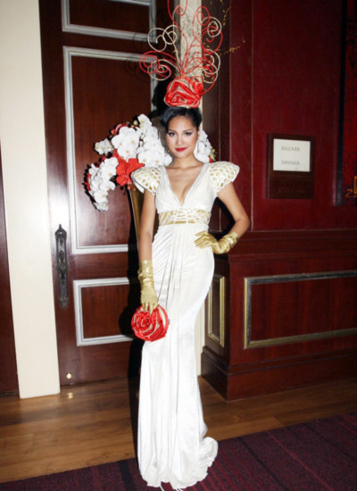 Hương Giang quý phái và quyến rũ với bộ váy sẻ cổ sâu để lộ vòng một gợi cảm