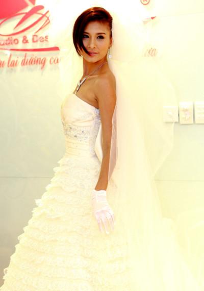 Cô cũng ướm thử bộ váy cưới xinh đẹp trên người