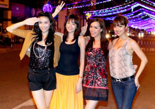 Từ trái qua: siêu mẫu Võ Hoàng Yến, Trúc Diễm, Thúy Vy Victoria và Jennifer Phạm. Các người đẹp được mời tham dự lễ hội đường phố rực rỡ sắc màu diễn ra tại Festival Biển Nha Trang vào tối 13/6.
