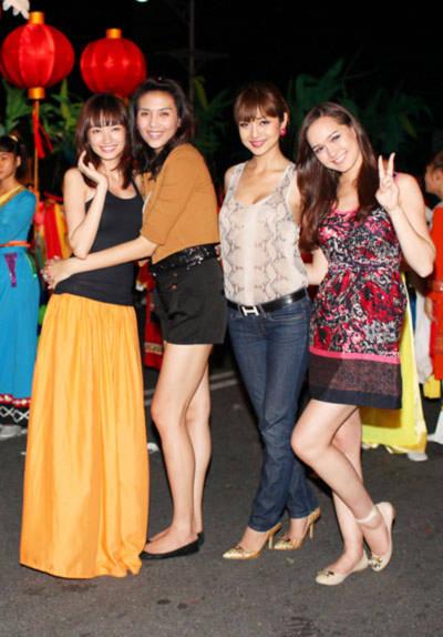 Để chuẩn bị cho chương trình, tối 12/6, 4 cô gái thức đến hơn 12h khuya để ráp đội hình cùng các bộ phận diễu hành.