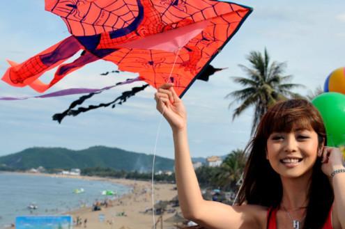 Hoa hậu châu Á tại Mỹ liên tục vuốt tóc vì gió.