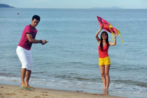 Sau đó cô và Hồ Đức Vĩnh xuống bãi biển đùa nghịch trước ống kính máy ảnh.