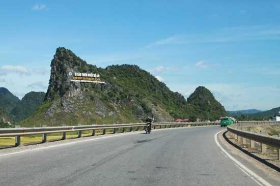 Cách Đồng Hới khoảng 60 km về phía Tây Bắc, dọc theo con đường Hồ Chí Minh huyền thoại, khách du lịch có thể tham quan động Thiên Đường với những cảnh quan hùng vĩ, nằm giữa rừng Phong Nha - Kẻ Bàng, thuộc xã Sơn Trạch, huyện Bố Trạch.