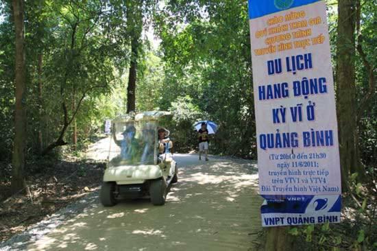 Từ cổng đón tiếp, du khách sẽ được đi xe điện đưa qua con đường rừng dài hơn 1,6km xanh mát uốn lượn đến tận chận núi.