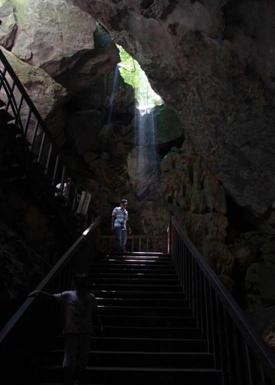 Vừa leo đến cửa động, du khách bỗng gặp luồng khí mát lạnh từ cửa động tràn ra, xua tan hết mệt mỏi sau khi leo hơn 500 bậc đá.