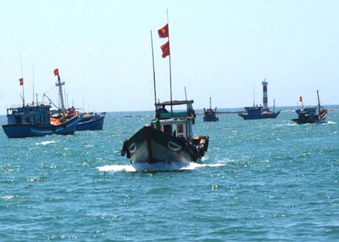 Các đội tàu ngư dân Quảng Ngãi khởi hành ra khơi. Ảnh: Trí Tín