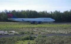 Máy bay chở 380 người nứt khoang lái