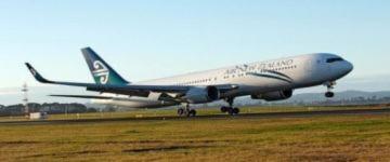 Máy bay hạ cánh khẩn cấp vì cháy động cơ