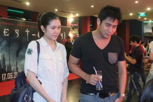 Vợ chồng Minh Tiệp ăn mặc rất giản dị, Thùy Dương còn để mặt mộc đi xem phim.