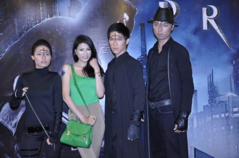 'Người đẹp tố dâm' Trang Trần cũng không bỏ lỡ cơ hội là một trong những khán giả VN đầu tiên được thưởng thức 'Priest' trên màn ảnh rộng. Ảnh: GXY.