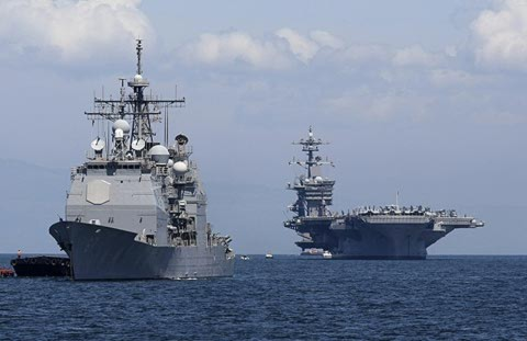 Tàu sân bay USS của Mỹ (phải) cùng tàu hộ tống thăm cảng Manila của Philippines tháng trước. Ảnh: AP.