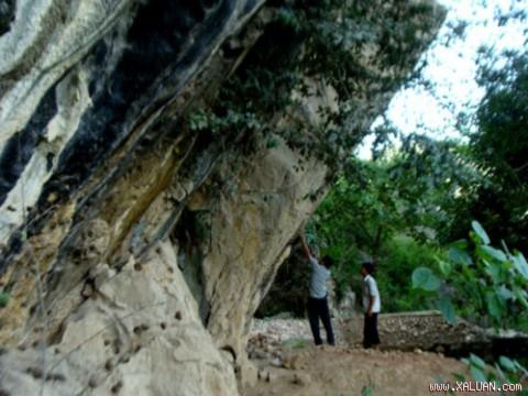 Mái đá chứa những bích họa bí ẩn.