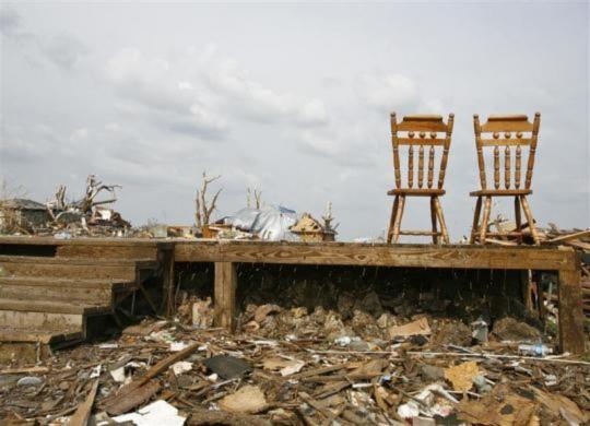 Một ngôi nhà chỉ còn hai chiếc ghế ăn sau thảm họa lốc xoáy ở Joplin vào ngày 22/5 vừa qua.