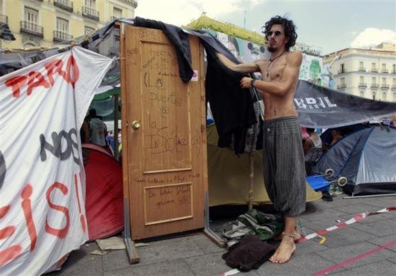 Những người biểu tỉnh cắm trại tại thủ đô Madrid để phản đối chính phủ đã không giúp quốc gia này thoát khỏi cuộc khủng hoảng kinh tế từ năm 2008.