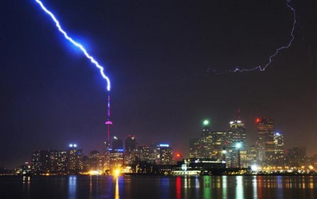 Sét đánh trúng đỉnh tháp CN Tower ở Toronto, Canada.