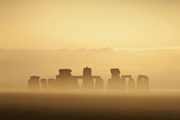 Stonehenge trong sương sớm.