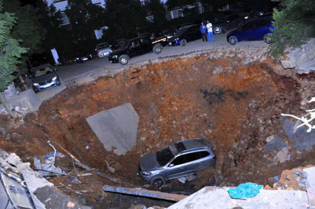 Một chiếc xe hơi sa xuống hố khổng lồ ở tỉnh Quý Châu, Trung Quốc.