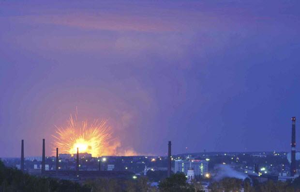 Một vụ hỏa hoạn xảy ra tại một kho chứa khoảng 10.000 tấn đạn pháo gần thành phố Izhevsk thuộc khu vực Volga của Cộng hòa Udmurtia, khiến cho hơn 12.000 người tại đây phải sơ tán khỏi khu vực nguy hiểm.