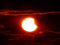 """Ảnh cực """"hot"""" về hiện tượng nhật thực đêm qua"""