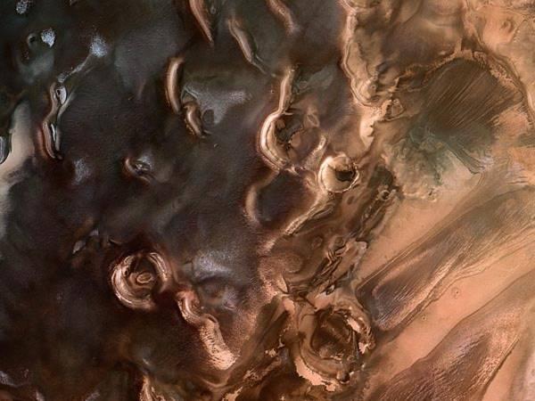 Tàu thăm dò sao hỏa Express của Cơ quan vũ trụ châu Âu (ESA) đã ghi lại được hình ảnh cực nam của sao Hỏa với bề mặt mấp mô như những khối hình học. Bức này được công bố trên tạp chí National Geographic vào ngày 7/6 vừa qua.